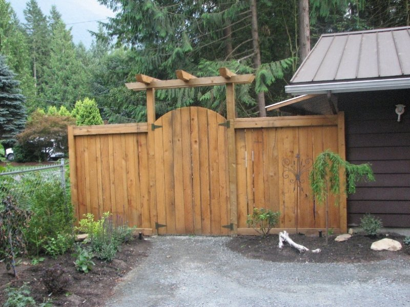 fence with gate and pergola